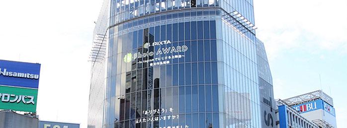渋谷スクランブル交差点で10周年記念上映会しました!