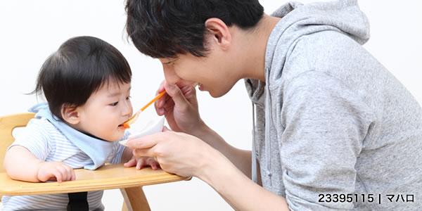 子どもに離乳食をあげるパパ