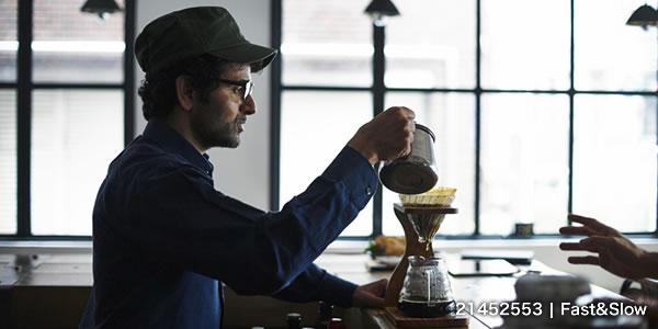 コーヒーを淹れるスタッフ