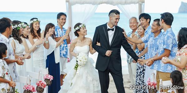 お祝いされる新婚夫婦