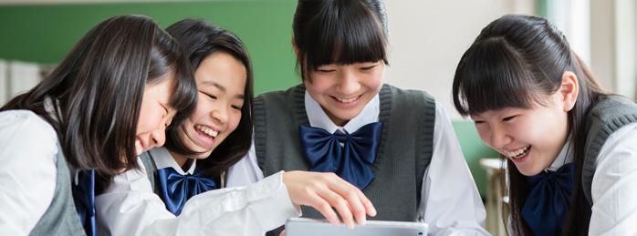タブレット端末を使う女子生徒