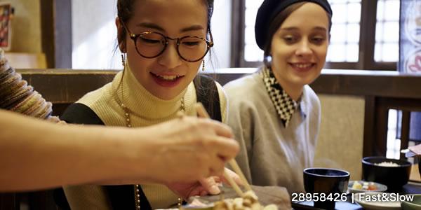 飛騨牛 グルメ ランチを楽しむ外国人女性と日本人女性