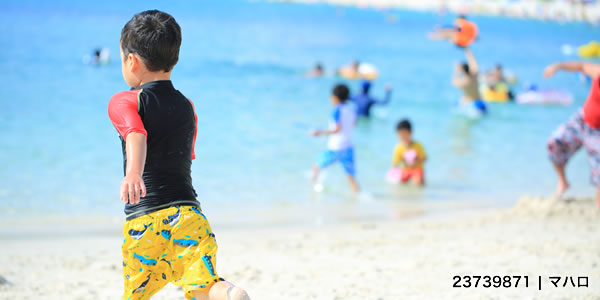 ビーチを走る子ども